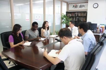 외국인 직원들과 소통 중인 안진호 대표 /사진=김도화 에디터