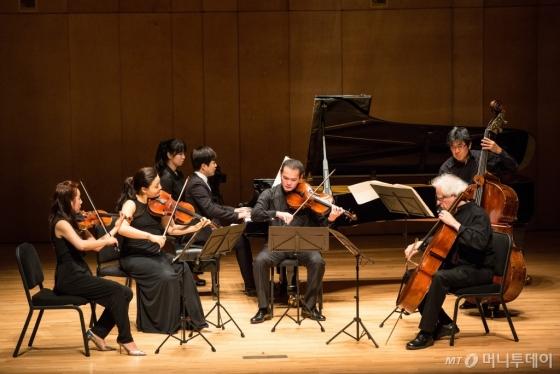28일 강릉 평창 알펜시아 콘서트홀에서 열린 '저명연주가 시리즈-한중일 콘서트' 연주 장면. (왼쪽부터 시계방향으로) 신아라(바이올린), 이한나(비올라), 김다솔(피아노), 헝-웨이 황(비올라), 미치노리 분야(더블베이스), 로렌스 레써(첼로)가 멘델스존의 '피아노 6중주 D장조 110번'을 연주하고 있다. /사진=평창대관령음악제<br />