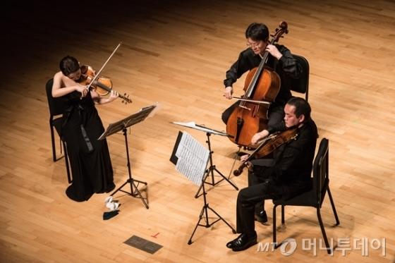 28일 강릉 평창 알펜시아 콘서트홀에서 열린 '저명연주가 시리즈-한중일 콘서트'에서 마유 키시마(바이올린, 왼쪽), 헝-웨이 황(비올라, 오른쪽), 고봉인(첼로)이 도흐나니의 '현악 트리오를 위한 세레나데 10번'을 연주하고 있다. /사진=평창대관령음악제