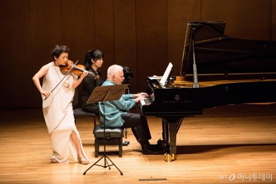 28일 오후 강원 평창 알펜시아 콘서트홀에서 정경화(왼쪽)와 스티븐 코바체비치가 '브람스 바이올린 소나타 1번 G장조 78번'을 연주하고 있다. /사진=평창대관령음악제<br />