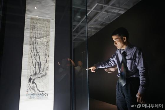 31일 서울 서초구 예술의전당 서울서예박물관 '치바이스' 특별전에서 류강 중국호남성박물관 학예실장이 작품 '수양버들'(1922)을 설명하고 있다. /사진=예술의전당
