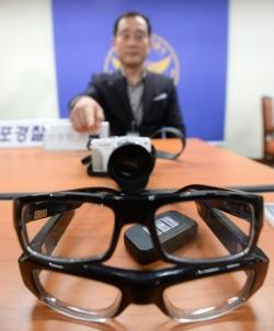 서울 영등포 경찰서에서 경찰이 성행위 장면 몰카에 사용된 안경과 자동차 키를 공개하고 있다./사진=뉴스1