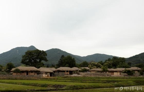 외암리 민속 마을의 초가집들. /사진=이호준 시인·여행작가
