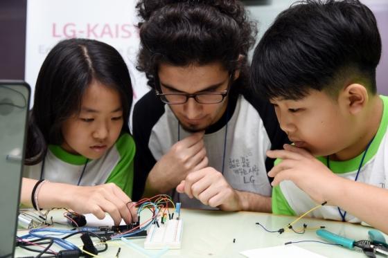 LG사이언스홀이 주최한 'LG-카이스트 사랑의 영어과학캠프'에 참가한 초등학생들이 스마트홈 실습교육을 수행하고 있다. /사진제공=LG