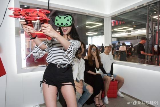 이용객이 '몬스터 VR' 내 '큐브 VR존'에서 사격 게임을 즐기고 있다. /사진=한국콘텐츠진흥원