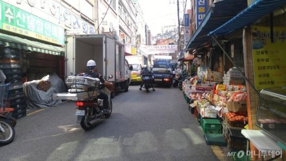 지난 4일 서울 종로구 창신동 골목풍경. 인근 봉제 골목에서 원단 등을 실어 나르는 오토바이와 트럭들이 쉴 새 없이 지나다니지만 도로가 낡고 제대로 정비되지 않아 혼잡함이 가중된다. /사진=김사무엘 기자
