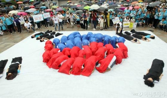 2011년 광볼절 행사에서 태극기 플래시몹이 펼쳐지고 있다
