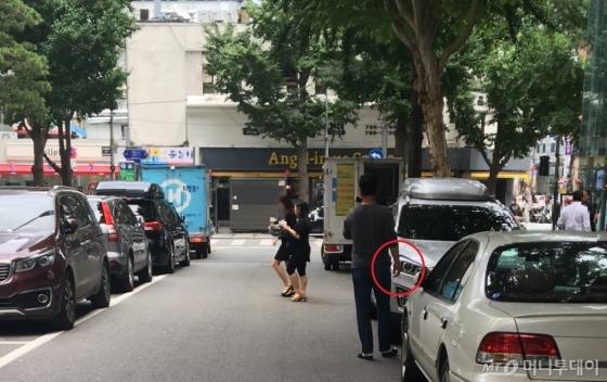 서울시청 인근 한 도로에서 흡연자가 전화 통화를 하며 담배를 피우고 있다./사진=남형도 기자