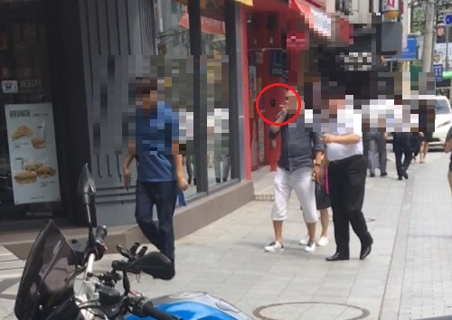 서울시청 인근 한 도로에서 흡연자가 담배를 피우며 걸어오고 있다./사진=남형도 기자