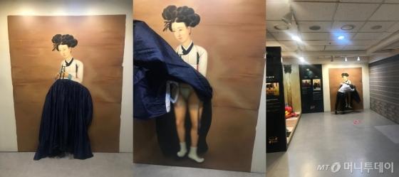 '박물관은 살아있다'에 전시된 신윤복의 미인도, 치마 속을 들춰보라는 입체 체험이다, 한 남성이 치마 속을 보고있다(왼쪽부터)/사진=한지연기자