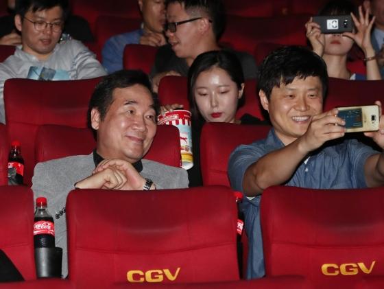 이낙연 국무총리가 6일 오후 서울 종로구의 한 극장을 찾아 영화 '택시운전사'를 관람하기 앞서 한 시민과 기념촬영을 하고 있다./사진=뉴스1