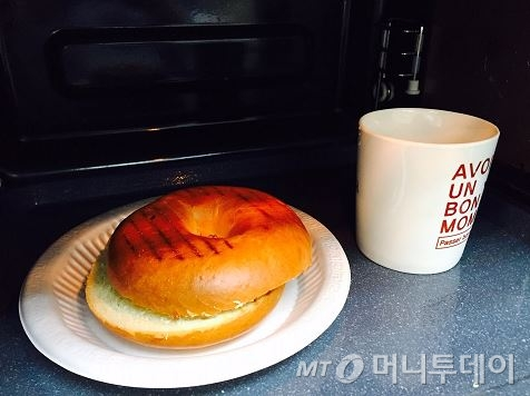 물 한컵과 빵을 함께 데우면 촉촉하고 따뜻한 빵을 즐길 수 있다. /사진=남궁민 기자