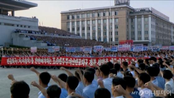 조선중앙TV가 지난 9일 김일성 광장에서 유엔안전보장이사회의 대북제재 결의 2371호에 반발해 발표한 정부성명을 지지하는 평양시 군중집회가 열렸다고 10일 보도했다.(조선중앙TV 캡쳐)/사진=뉴시스