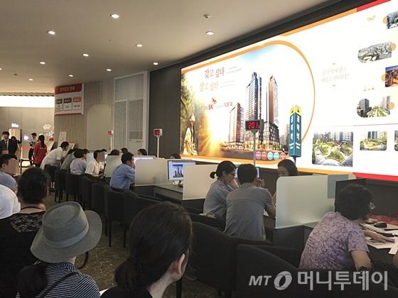 서울 강남구 개포동 '공덕SK리더스뷰' 모델하우스 방문객들이 분양 상담을 받고 있다. /사진=신현우 기자