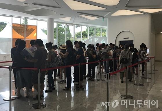 서울 강남구 개포동 '공덕SK리더스뷰' 모델하우스 1층에 방문객들이 줄 서 있다. /사진=신현우 기자