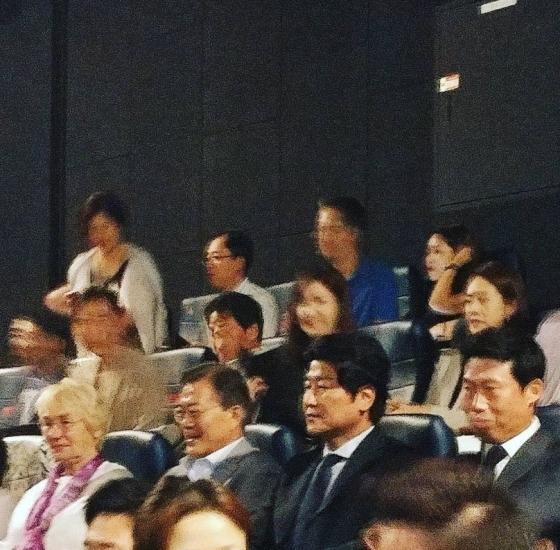 시민들과 함께 영화 '택시운전사'를 관람하는 문재인 대통령(왼쪽 두번째). 별세한 힌츠페터 기자의 부인 에델트라우트 브람슈테드(왼쪽 첫번째)와 배우 송강호, 유해진 /사진=인스타그램