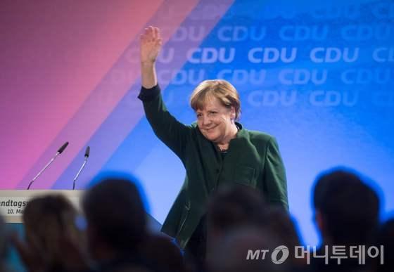 앙겔라 메르켈 독일 총리가 10일(현지시간) 한테른 암 제의 선거유세에 참석해 지지자들에게 손을 흔들고 있다.  © AFP=뉴스1  <저작권자 © 뉴스1코리아, 무단전재 및 재배포 금지>