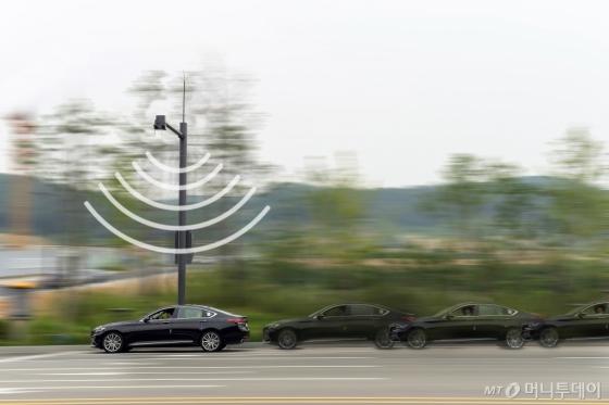 현대차 시험차량이 경기도 화성시 14㎞ 일반 도로에서 'V2X(차량과 사물간 통신)' 시범 운행을 하고 있다. 횡단보도에 보행자가 길을 건너고 있다는 경고 메시지가 차량에 전달되고 있다./사진=현대차