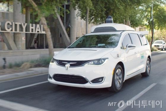 미국 샌프란시스코 시내를 시험운행중인 구글 자회사 웨이모의 '퍼시피카' 차량/사진=웨이모