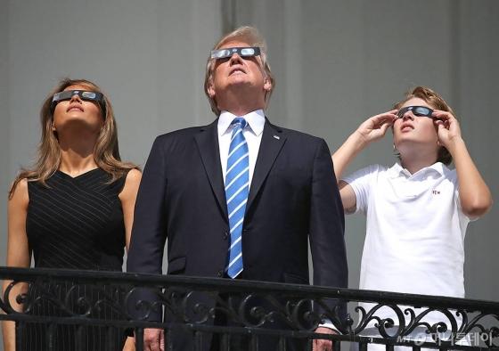 도널드 트럼프 미국 대통령은 21일(현지시간) 워싱턴DC 백악관 트루먼 발코니에서 부인 멜라니아, 막내 아들 배런과 함께 개기일식을 지켜보고 있다. /AFPBBNews=뉴스1