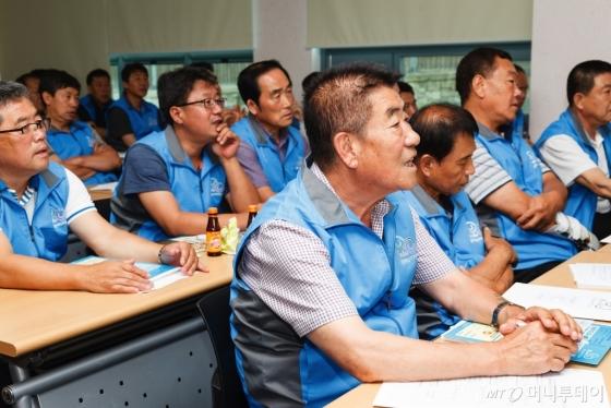 강원도 정선에서 운수종사자들이 친절교육을 받고 있는 모습. /사진제공=한국방문위원회<br />