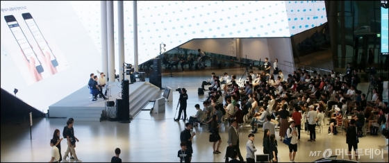 현대자동차 잡페어(채용박람회)가 24일 경기 고양시 현대 모터스튜디오에서 진행된 가운데 구직자들이 현직자에게 취업 상담을 받고 있다./사진=김창현 기자