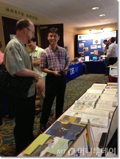 지난 2013년 미국 펜실베니아주 피츠버그에서 열린 국제 창조과학 컨퍼런스에 참가해 한국창조과학회 부스를 직접 운영한 당시 박성진 장관 후보자 사진/사진=한국창조과학회 홈페이지