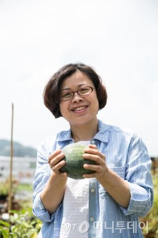 백혜숙 에코11 대표가 토종수박을 들고 설명하고 있다./사진=이우기 작가 /사진제공=서울시 사회적경제지원센터