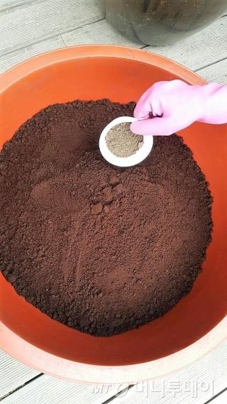 미생물 1kg이면 커피찌꺼기 50kg의 퇴비를 만들 수 있다. /사진제공=서울시 사회적경제지원센터