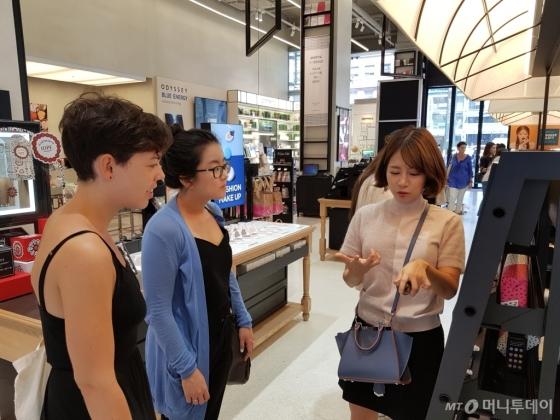 박시영씨(31, 맨 오른쪽)가 26일 서울 강남구의 한 화장품가게에서 외국인 관광객들에게 한국 화장품에 대해 설명하고 있다./사진=이보라 기자