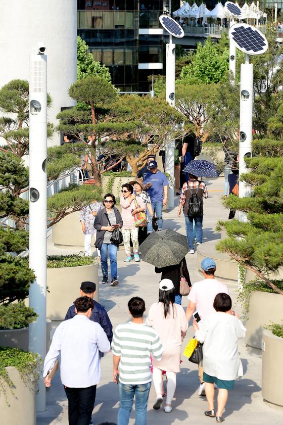 지난 5월 20일 개장한 서울로 7017이 14일만에 방문객 100만명을 돌파했다./뉴스1