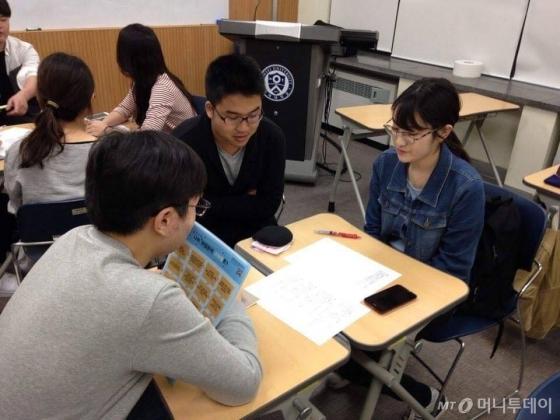 연세대학교 학생들이 일본 취업 상담을 받고 있다. /사진=런스커리어 페이스북