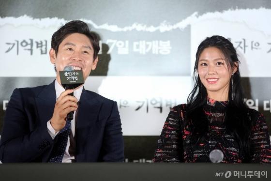 배우 설경구와 김설현.