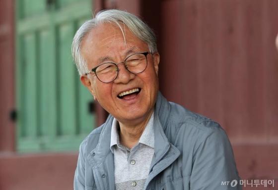 """박상진 명예교수(경북대)는 """"나무 앞에서 사람 나이 얘기하는 건 무색하다""""며 웃는다. 사람보다 오래 살았고 더 오래 살 나무가 들려주는 이야기에 귀 기울인지 60년이다. /사진=김창현 기자"""
