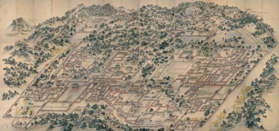 동궐도. 대한민국 국보 제249호. 경복궁 동쪽에 있는 궁, 창덕궁과 창경궁의 전각과 궁궐 전경을 그린 조감도. 순조24년(1824)에서 30년 사이에 제작된 것으로 추정한다. 왼쪽 하단 돈화문 입구의 회화나무부터 아직도 그림속 30그루의 나무가 창덕궁에 살아있다. /사진제공=박상진 교수<br />