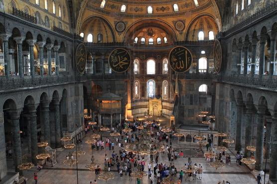 성소피아 성당의 내부. 이슬람교의 상징들 한 가운데에 아기예수를 안은 성모 마리아상이 있다.