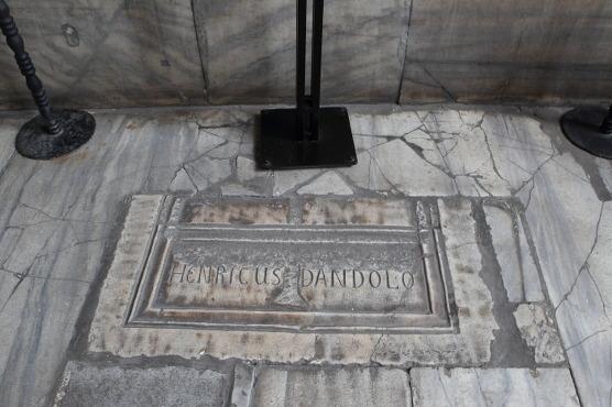 엔리코 단돌로(Enrico Dandolo)의 무덤이었던 곳.