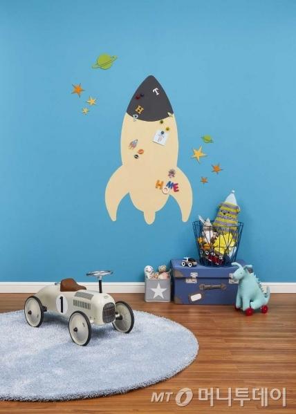 벽면에 자석페인트를 시공한 뒤 자석보드로 활용한 모습/사진제공=삼화페인트