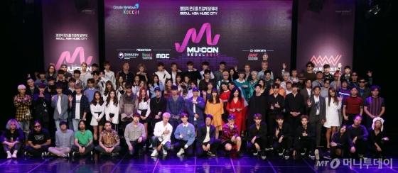 '2017 뮤콘 로드쇼'에 참석한 뮤지션 33개 팀의 단체사진. /사진제공=한국콘텐츠진흥원<br />