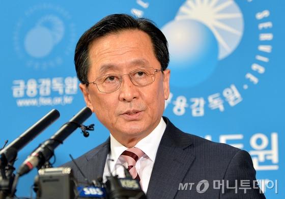 최수현 전 금융감독원장이 2014년 9월 4일 KB금융의 내부사태에 대한 제재 결과를 발표하고 있다./사진=뉴스1
