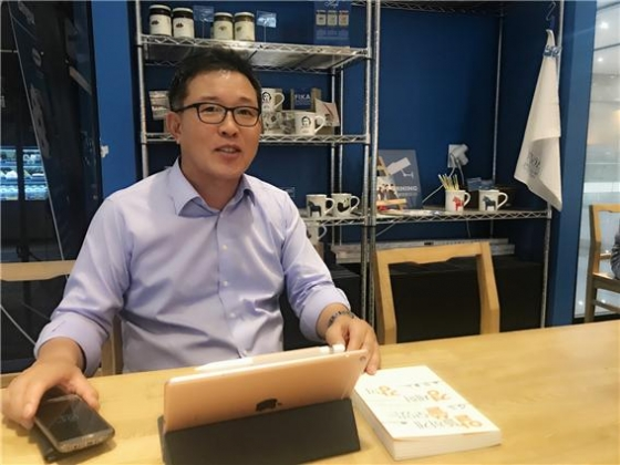 지난달 30일 서울 강남 코엑스에서 만난 유효상 차의과학대학교 경영대학원장이 4차 산업혁명에 대해 이야기하고 있다./사진=유재석 칼럼니스트