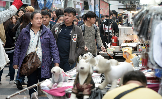 서울 중구 명동거리에서 쇼핑을 하고 있는 외국인 관광객들. 2017.4.9/뉴스1  <저작권자 © 뉴스1코리아, 무단전재 및 재배포 금지>