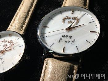 [꿀빵]'청와대 밴드' 데이브레이크의 본격 '문재인 시계' 자랑.avi