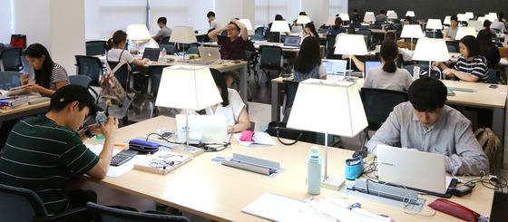 서울 동대문구 한국외대 도서관에서 학생들이 공부하고 있는 모습 /사진=뉴스1