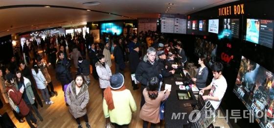 관객이 몰려 붐비고 있는 서울의 한 영화관
