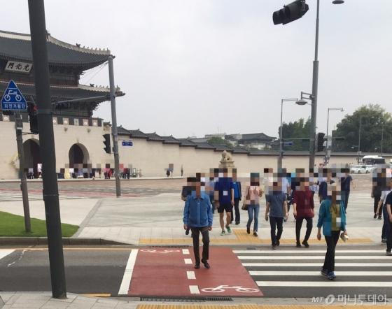 서울 광화문 정부서울청사 앞 횡단보도에서 한 무리의 시민들이 빨간불이 켜졌음에도 건너가고 있다./사진=남형도 기자