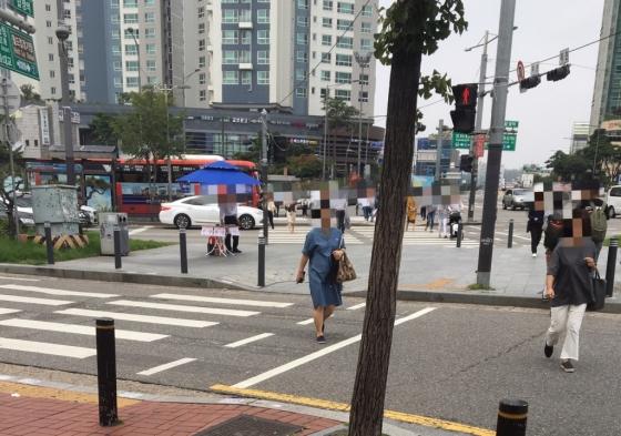 서울 마포구 합정역 인근 횡단보도에서 시민들이 적색 신호가 켜졌음에도 무단횡단을 하고 있다./사진=남형도 기자