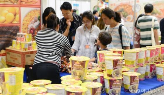 9일 오후 서울 강남구 코엑스에서 열린 '대한민국 라면박람회'를 찾은 시민들이 라면을 살펴보고 있다. /사진=뉴시스