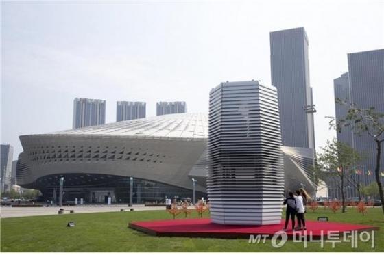 올해 중국 대련 세계경제포럼 개최지 앞에 설치된 스모그 프리 타워. /사진=스튜디오 로세하르데