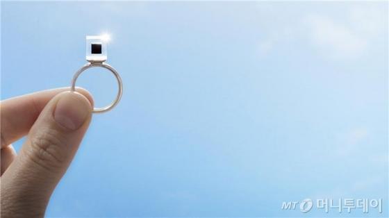 미세먼지를 모아 만든 '스모크 프리 링'. /사진=스튜디오 로세하르데